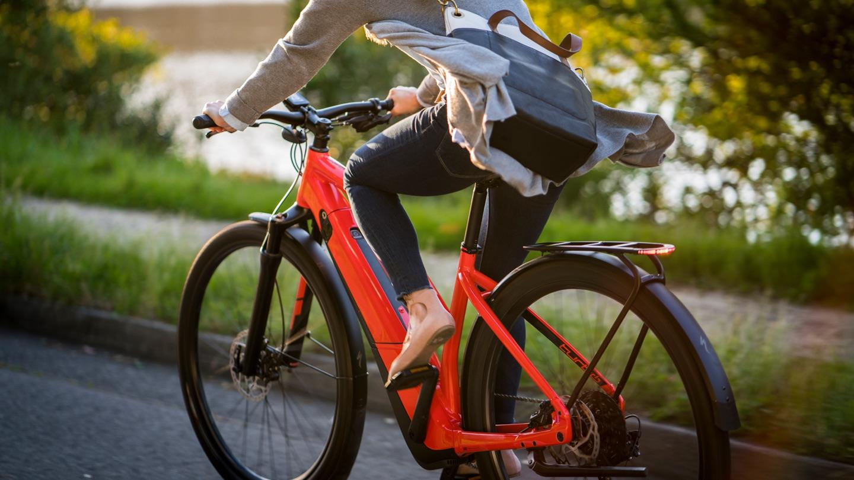Kvinna cyklar på en elcykel från Specialized till jobbet för att slippa bli svettig